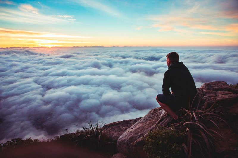 hombre-mirando-nubes-desde-arriba